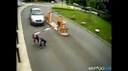Жена си удря главата с бариера ! (смях)