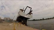 Жестока изненада при спускане на кораб във водата !