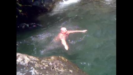 Така се скача бомба във водата!