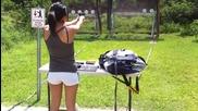 Секси мацка стреля с Глок 19