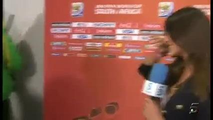 Икер Касияс целува приятелката си (репортерката) във ефир от радост