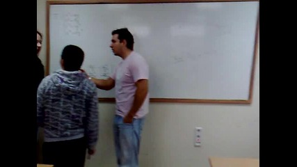Луд даскал се кара на ученици
