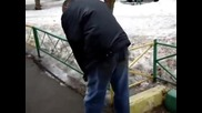 Пиян руснак сърфира по снежна пътека ! (голям смях:)