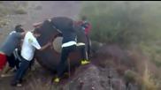 Младежи пускат огромна гума надолу по планината!