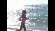 Секси блондинка в розовo се захожда по плажа