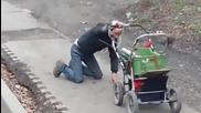 Смях ... Пиян руснак управлява детска количка .. Ето до какво води алкохола!