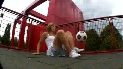 Момиче което владее топката много добре