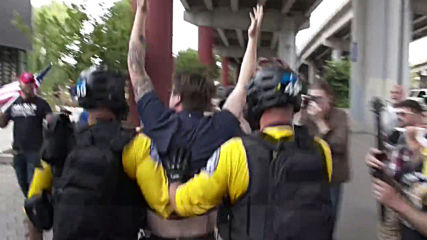 USA: 13 arrested as left and right-wing groups come to blows in Portland