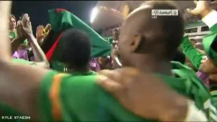 Треньор носи на ръце контузения си футболист да се радва с другите !!!