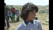 еврейски заселници хвърлят камъни по палестинчета