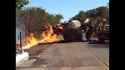 Камион цистерна се взривява при опит да бъде обърната