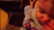 малко бебе опитва ледено сокче