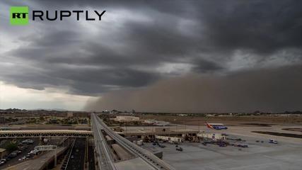 Time-lapse shows huge dust storm enveloping Phoenix airport