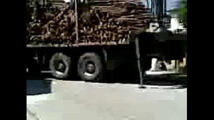 Камион растоваря дърва Vbox7