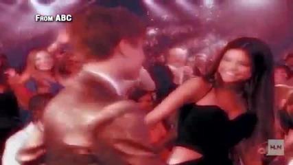 Джъстин Бийбър целува Селена на Музикалните награди 2011 Smooch!