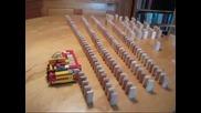 Лего машина, която реди домино