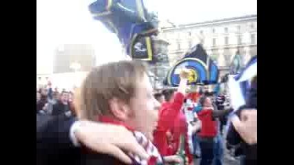 Феновете на Ливърпул и Интер пеят заедно за Торес :)