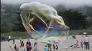 Големи балони на плажа