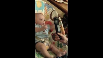 Реакцията на бебок когато вижда пред себе си дистанционото на телевизора