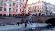 Руски полицаи се приземиха в река