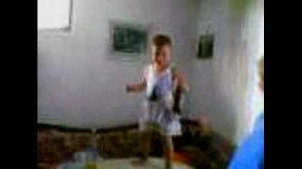 Малкия Калоянчо Играе С Две Бири