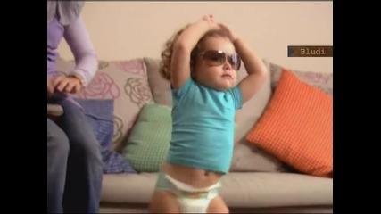 Бебенцето от Рекламата с Памперсите Играе Страхотен кючек ;dd