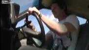 Идиот се мъчи да прескочи кола