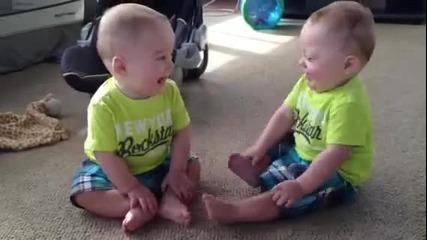 Еднояйчни близнаци говорят