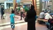 Лудак си взема вана в центъра на мола ( много смях )