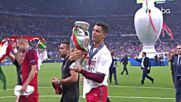 Роналдо гушна свойски купата и сияе от щастие