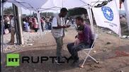 Гърция: Хиляди бежанци прекосиха границата с Македония