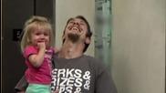 Магьосникът Andy Gross си прави шега с хората в асансьора като се разполовява наполовина