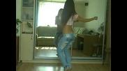 Секси маце танцува пред огледалото...