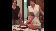 Баба на 101 Г. духа свещите на рожденния си ден