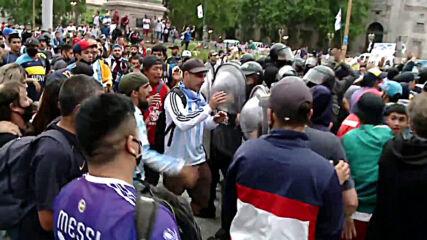 Argentina: Scuffles outside Casa Rosada amid mass queues to honour Maradona