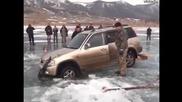 Изваждане на джип от замръзнало езеро с подръчни материали