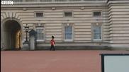 Гвардеец охранява английската кралица със стилни пируети.