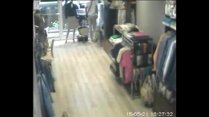 крадец отмъква телефон от магазин във Варна