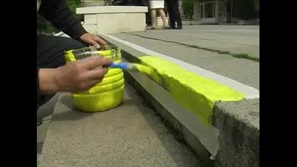Райна Петрова боядисва стълби в жълто