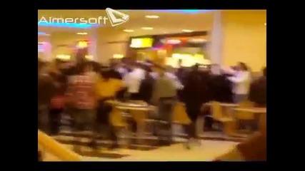 Масов бой на роми в Mall Varna