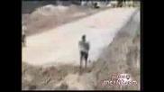 Глупав Мотоциклетист Пробва Опасен Скок