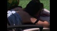 Мариан масажира Лияна в къщата