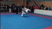 Светкавичен карате удар с крака нокаутира противника си!