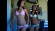 Момичета по бански се опитват да танцуват
