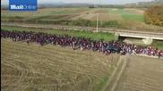 Бежанска вълна гази през полета и огради.