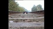 Влак Преминава Върху Легнал На Линията Човек