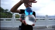 Жонглиране със стъклени сфери