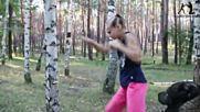 Малко момиче прави от дървото стърготини .