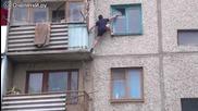 Руснак влиза в апартамента на третия етаж със стил