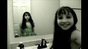 Момиче прави неща пред огледалото!!!